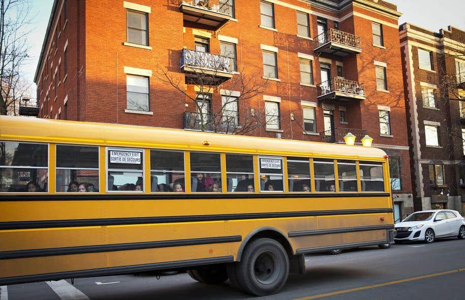 Un autobus d'écoliers passe devant l'immeuble de la rue Bernard pour lequel un permis de lieu de culte a été octroyé en 2015 à la communauté hassidique.