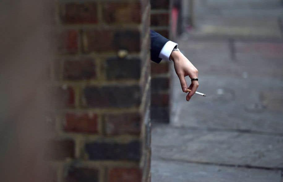 Il est maintenant interdit de fumer dans un rayon de 9 mètres d'une porte, d'une fenêtre ou d'une prise d'air externe d'un immeuble.