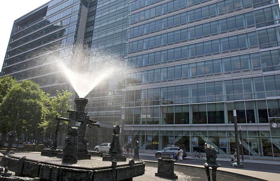 Jean-Claude Marsan s'émerveille devant l'«enveloppe extérieure entièrement en verre, élégante et raffinée» du complexe de la Caisse de dépôt et placement, sise place Jean-Paul-Riopelle à Montréal.