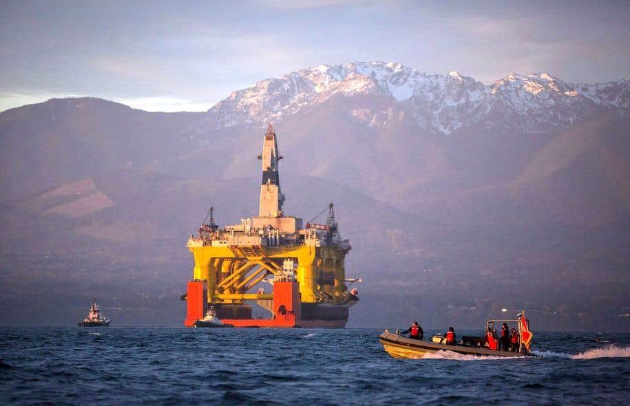 Une plateforme pétrolière de Shell photographiée dans l'océan Pacifique en avril 2015, alors qu'elle se dirigeait vers l'Arctique.