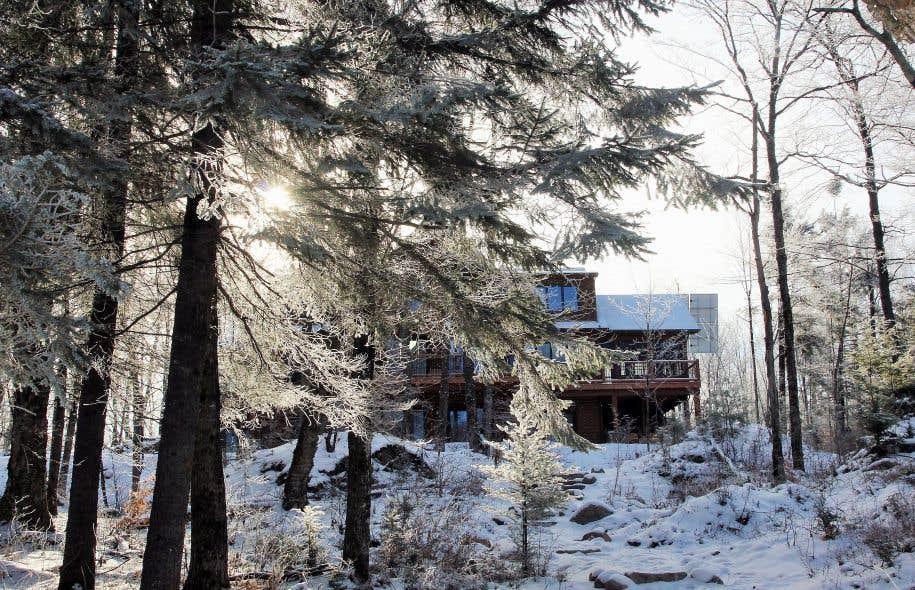 Les chalets du parc privé Kenauk sont magnifiques, écologiques, et parfaitement isolés au sein du Bouclier canadien. Pourquoi aller plus loin? La grande nature intacte est ici, proche de Montréal.