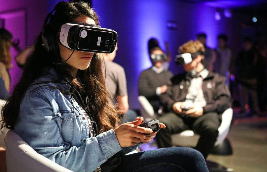 Une joueuse met à l'essai le jeu Minecraft en réalité virtuelle lors d'une démonstration organisée à San Francisco le 15mars dernier.