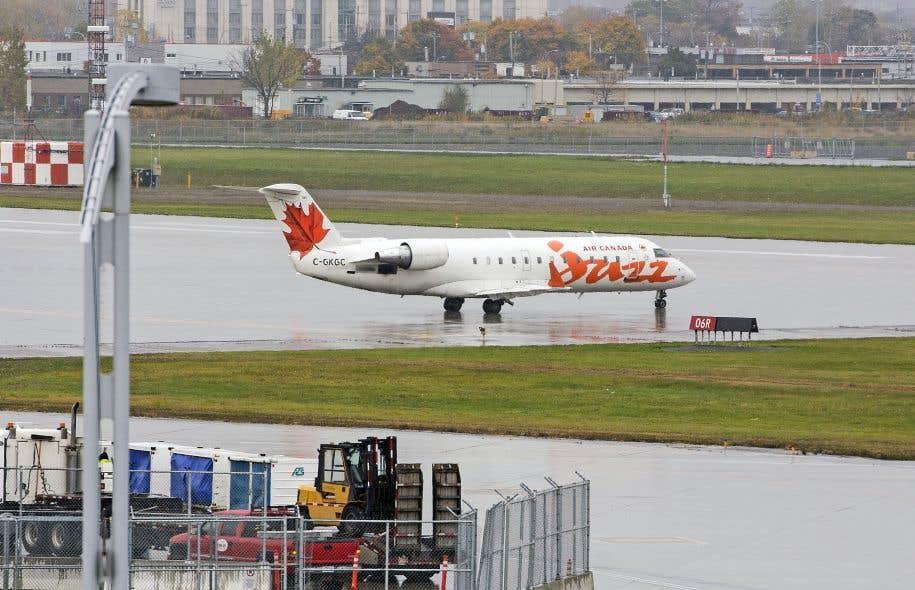 Le gouvernement s'est engagé à réduire le prix des billets d'avion au Québec.