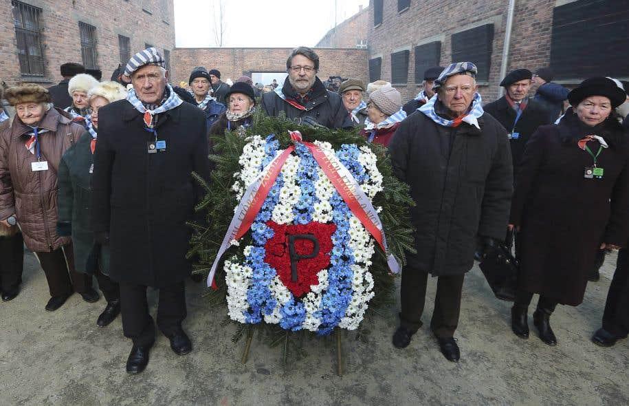 Lors de la cérémonie, les survivants portaient des foulards rayés qui symbolisaient leurs uniformes de l'époque.