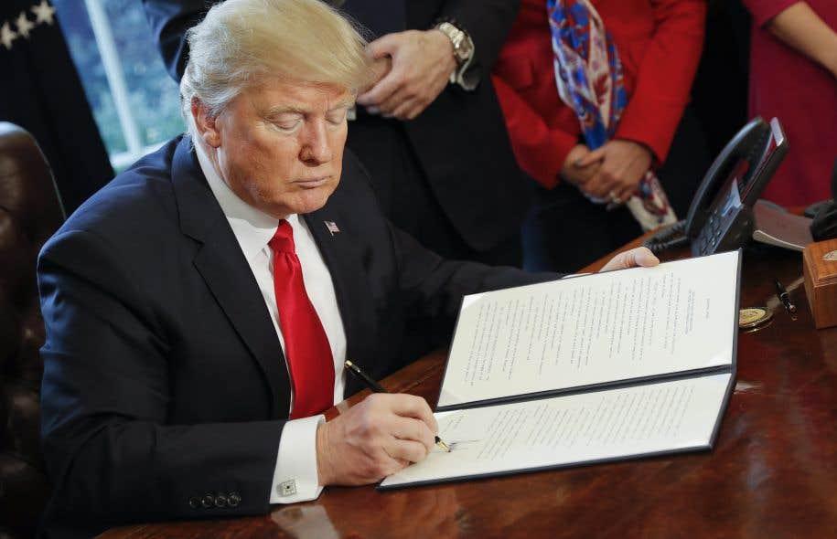D'une signature, le président américain a lancé la déréglementation du secteur bancaire.