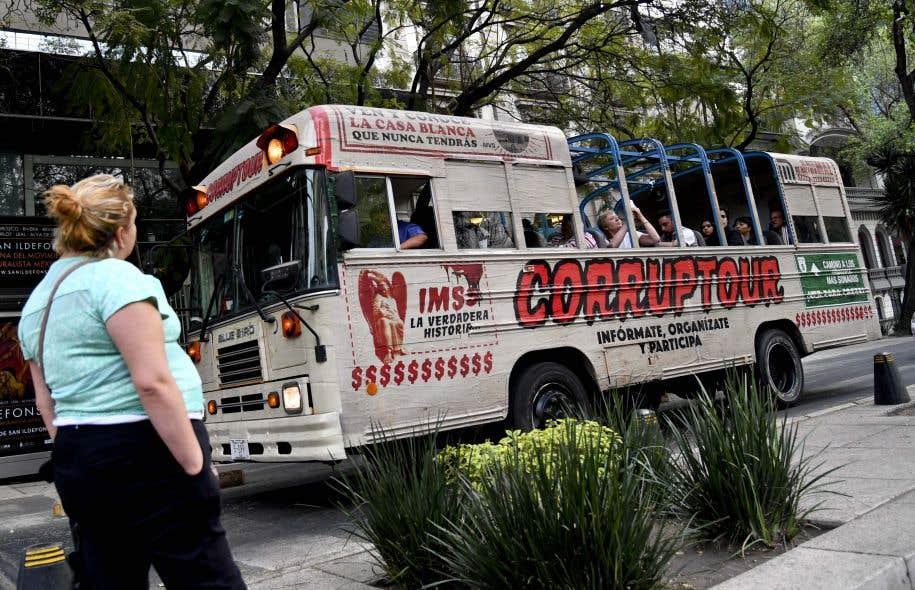 Le «Corruptour» propose un circuit où sont racontés les grands scandales de corruption des dernières années au pays.