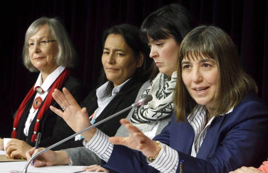 Les commissaires Marion Buller, Michèle Audette et Qajaq Robinson ainsi que l'avocate Susan Vella en conférence de presse à Ottawa, mardi