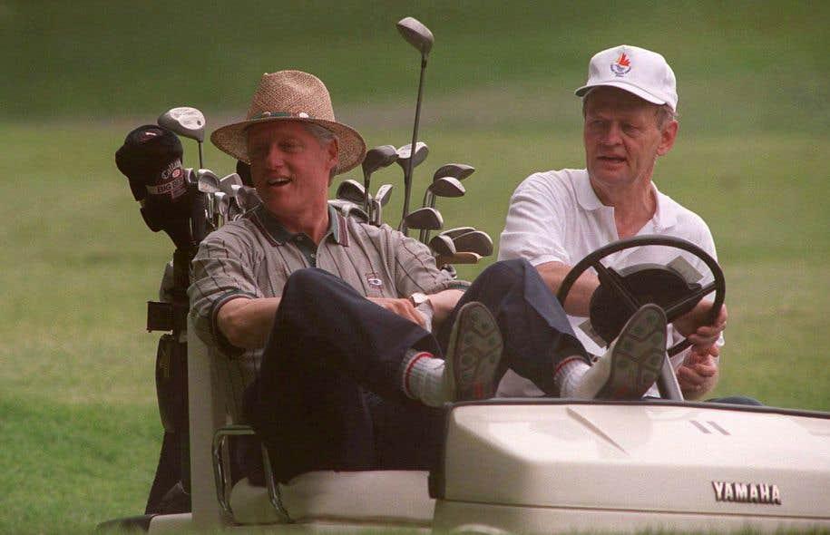 Bill Clinton et Jean Chrétien entretenaient une relation cordiale, se réunissant pour jouer au golf à l'occasion. Sur cette photo, les dirigeants sur un parcours à Halifax après le sommet du G7 en 1995.