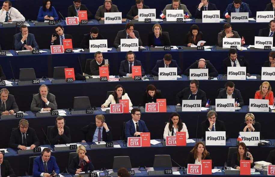 Les membres du Parlement européen certains affichant des slogans contre l'accord au moment du vote sur l'AECG