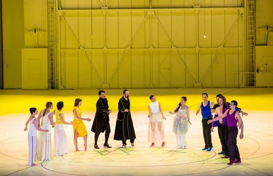 Les six chanteurs sont doublés de six danseurs qui expriment leurs pensées profondes.