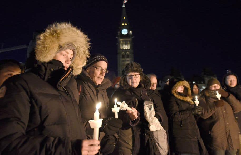 Dans les jours qui ont suivi l'attentat meurtrier à la grande mosquée de Québec, des citoyens de plusieurs villes au pays se sont réunis en différents lieux, comme ici devant le parlement fédéral à Ottawa, pour manifester leur soutien à la communauté musulmane et leur rejet de l'islamophobie. Depuis, les députés fédéraux se disputent sur l'adoption d'une motion — déposée avant le triste événement — condamnant justement l'islamophobie.