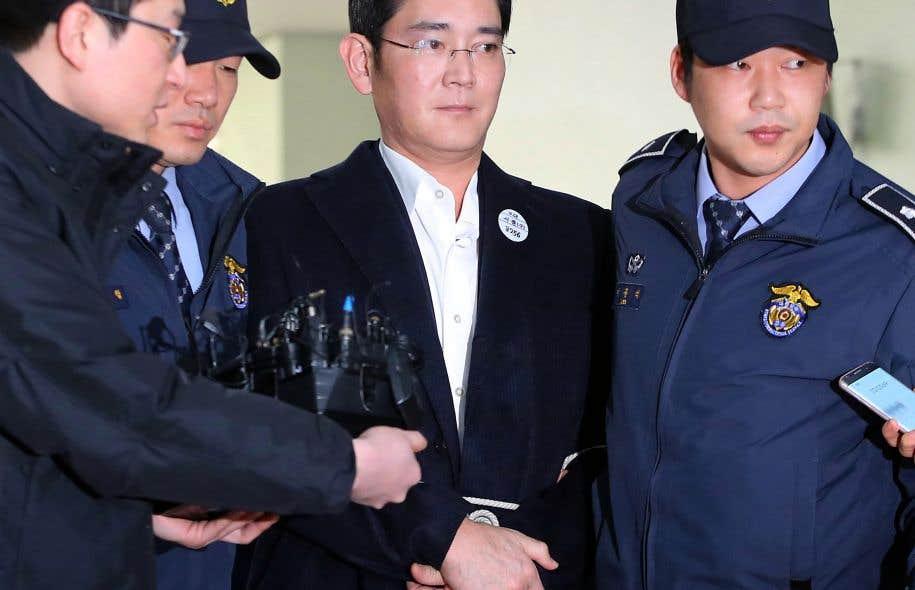 Lee Jae-yong (au centre) se rendant à un interrogatoire
