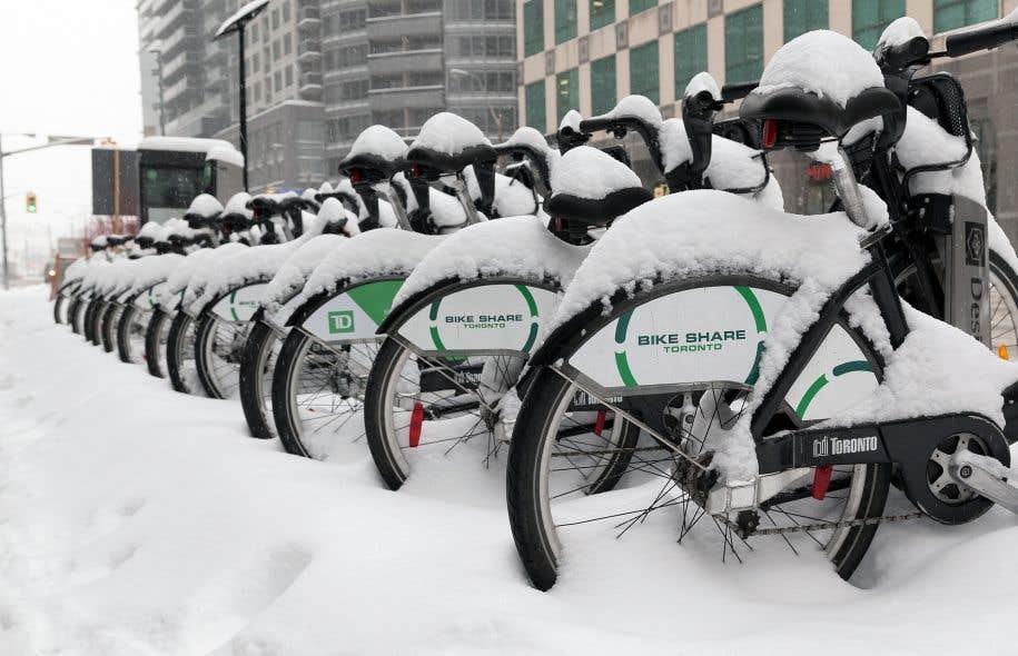 À Toronto, pour éviter certains problèmes logistiques de déneigement de la chaussée, les stations de vélopartage ont été installées sur des espaces réservés aux piétons.