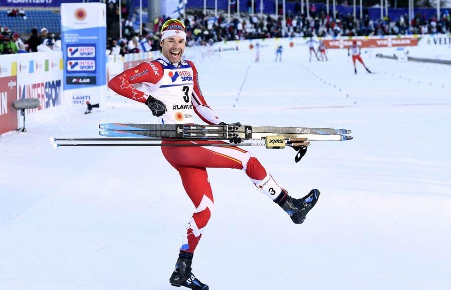 Alex Harvey célébrant sa victoire aux Championnats du monde de ski de fond à Lahti, en Finlande, dimanche dernier
