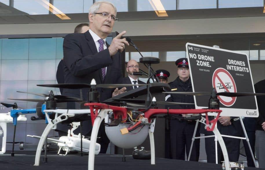 Le ministre canadien des Transports, Marc Garneau, lors de l'annonce des nouvelles règles concernant l'utilisation des drones