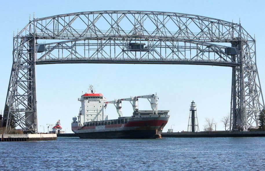 Selon Dan Egan, le trafic maritime est responsable de la majorité des problèmes écologiques que connaissent les Grands Lacs. Sur la photo, un cargo entre dans le port de Duluth (Minnesota) au lac Supérieur.