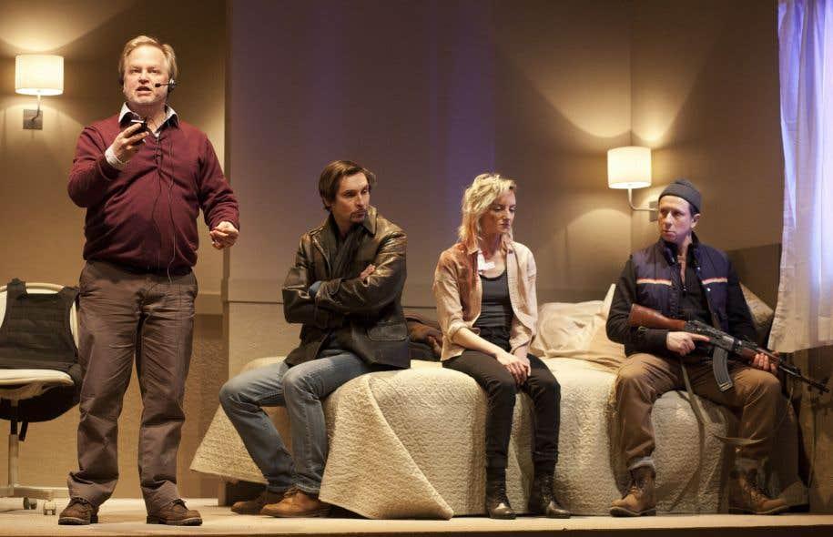 Trois hommes et une infirmière blessée : Kevin McCoy, Sasha Samar, Larissa Corriveau et Paul Ahmarani interprètent les personnages des «Manchots».