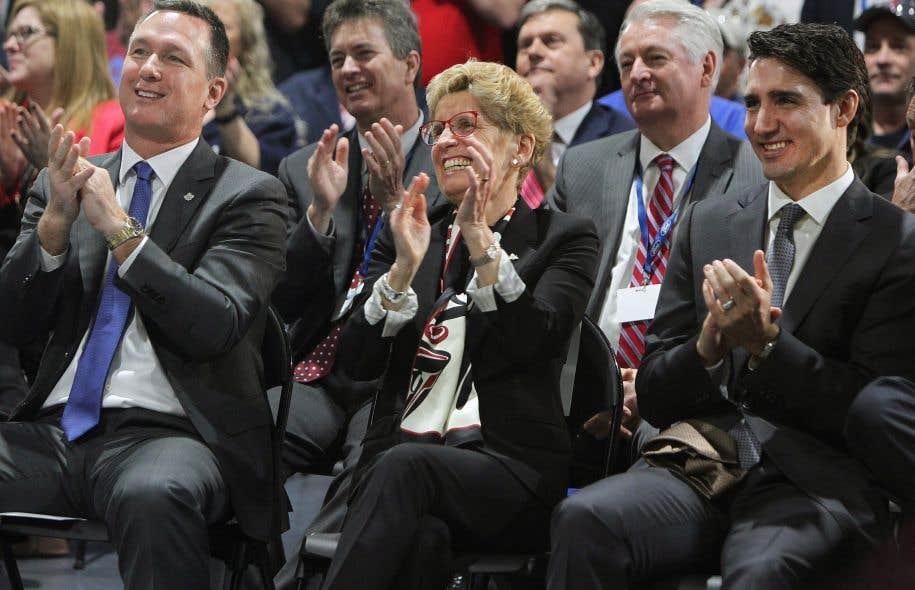 Le p.-d.g. de Ford Canada, Mark Buzzell, la première ministre de l'Ontario, Kathleen Wynne, et le premier ministre canadien, Justin Trudeau, au cours de l'annonce d'investissements