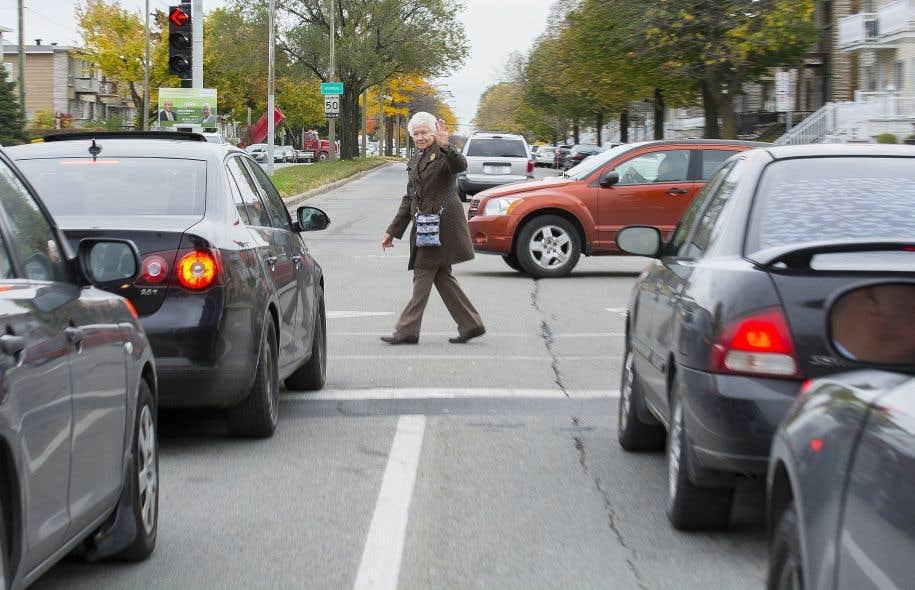Les feux de circulation pour piétons ne sont pas pensés en fonction des personnes âgées qui marchent plus lentement que la moyenne des gens.