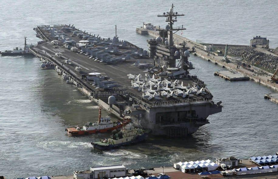 Le porte-avions américain USS Carl Vinson accoste au port de Busan, en Corée du Sud, le 15 mars, pour les manœuvres conjointes «Foal Eagle».