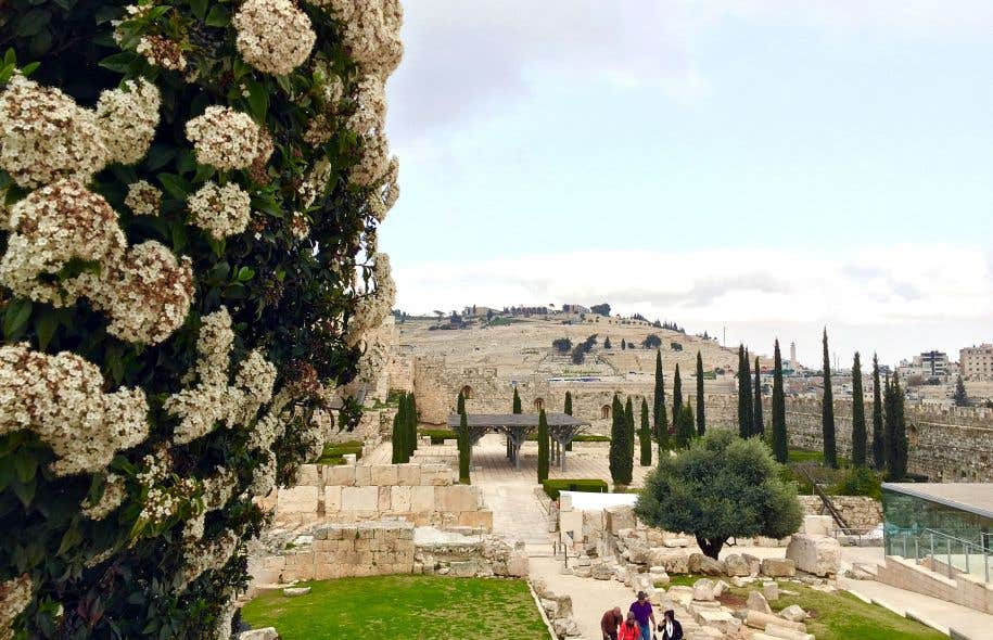 Des fouilles archéologiques ont mis au jour des sections de l'ancien mur à l'angle sud du temple de Salomon.