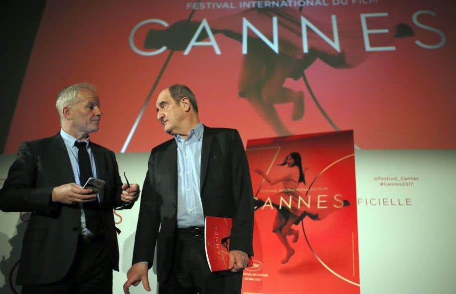 Le délégué général du Festival de Cannes, Thierry Frémaux (à gauche), et son président, Pierre Lescure, devant l'affiche de la 70eédition, lors de la conférence de presse à Paris, jeudi