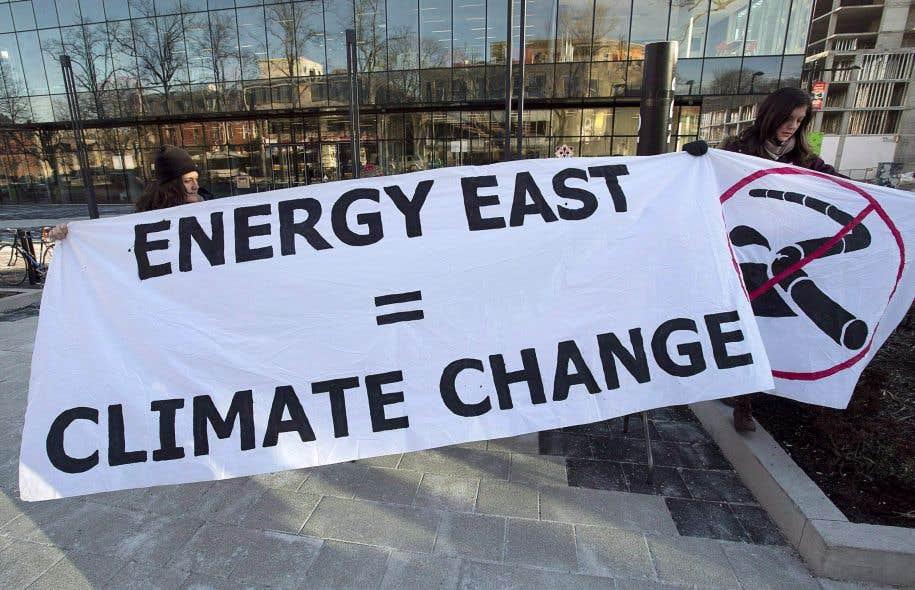 Des manifestantes s'opposant au projet d'oléoduc Énergie Est à Halifax, en 2015.L'ONÉ doit étudier ce projet d'oléoduc, qui vise à acheminer du pétrole des sables bitumineux de l'Alberta jusqu'au Nouveau-Brunswick.