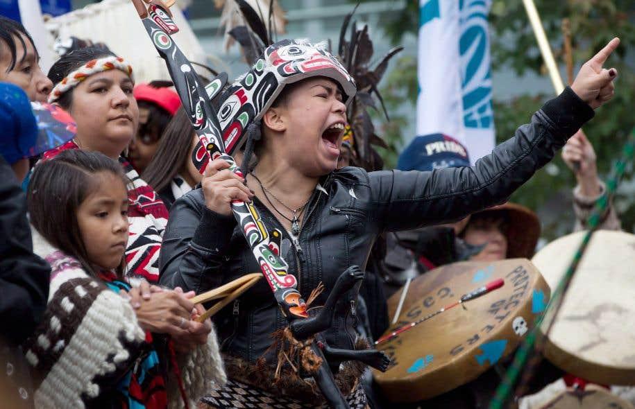 Une femme des Premières Nations participe à la Marche pour la réconciliation à Vancouver, en septembre 2013. Cet événement a clos une semaine d'événements de la Commission de la vérité et de la réconciliation dans la ville.