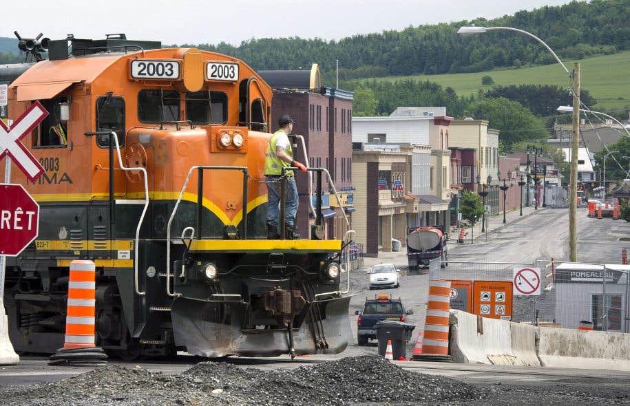 Le train traverse toujours le centre-ville de Lac-Mégantic. La voie de contournement pourrait ne voir le jour qu'en 2023, soit 10 ans après le drame qui a coûté la vie à 47 personnes.