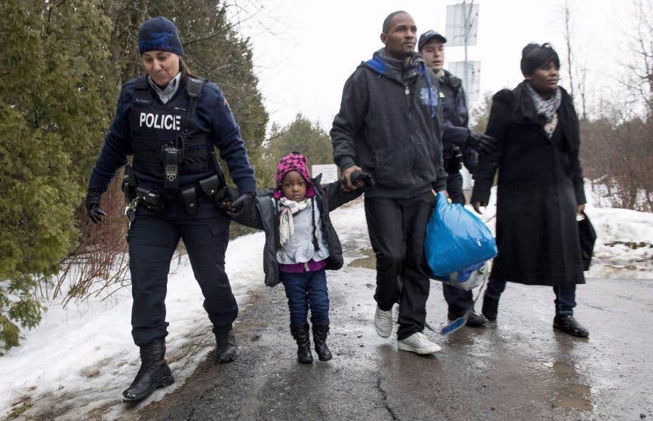 Des 1860 personnes entrées de façon irrégulière depuis le début de 2017 pour réclamer l'asile au Canada, depuis les États-Unis, 1321 l'ont fait en sol québécois.