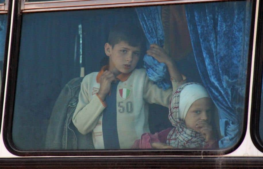 Pour ces quelque 3300 personnes, l'attente était longue dans la soixantaine de bus qui étaient à l'arrêt dans deux zones de transit à la périphérie d'Alep.