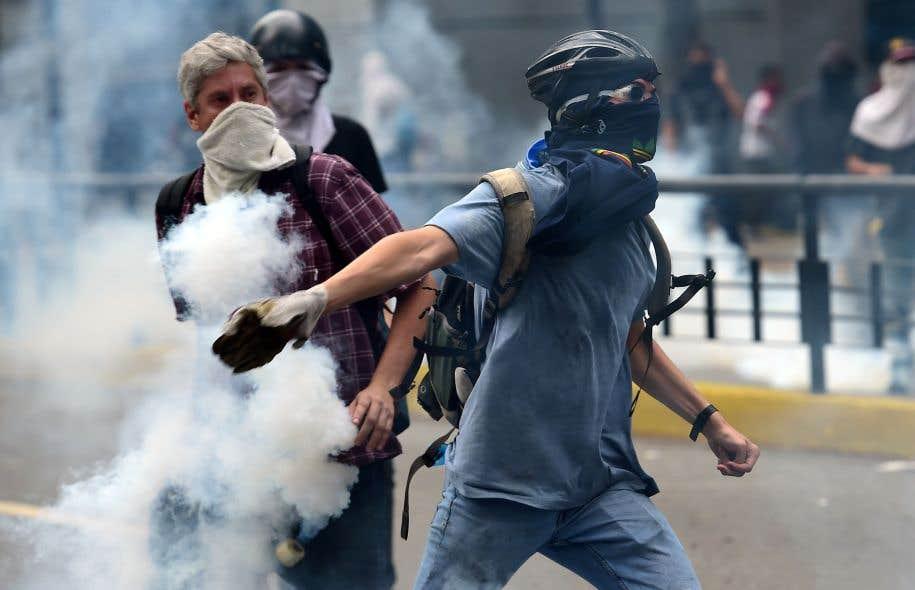 Les manifestants ont été repoussés par les policiers avec du gaz lacrymogène et des balles en caoutchouc.