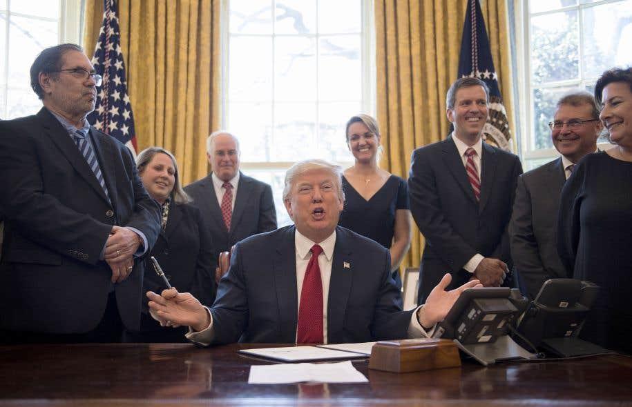 Donald Trump a fait ses plus récentes remarques au moment où il signait un décret présidentiel sur l'acier américain.
