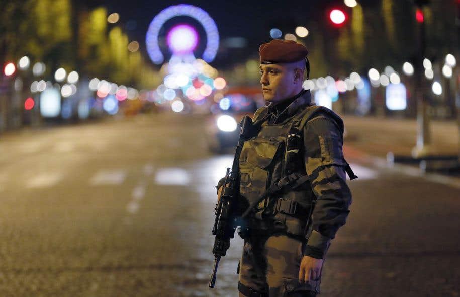Un soldat français monte la garde devant les Champs-Élysées après l'attaque de jeudi.