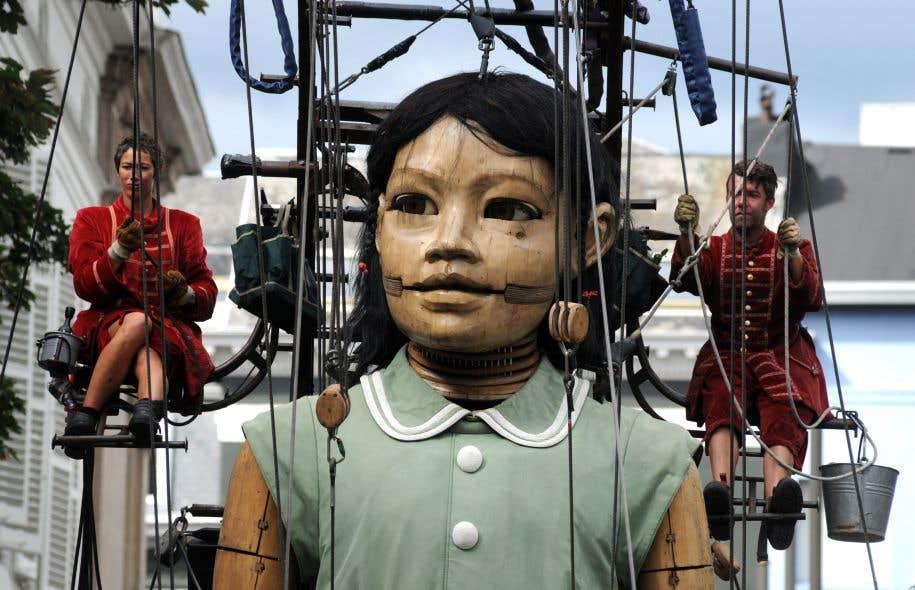 Plusieurs dizaines de lilliputiens s'occupent de l'activation de ces marionnettes géantes.