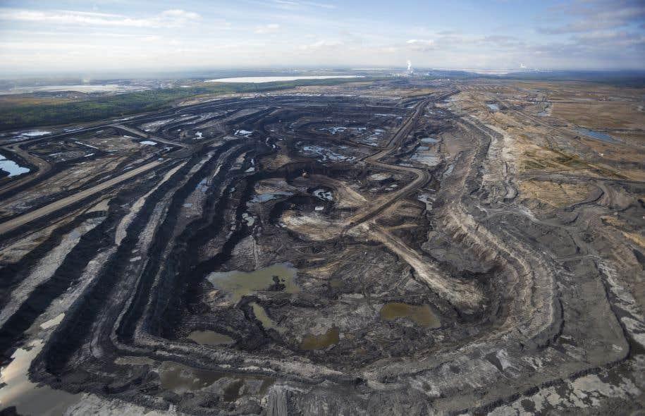 La Caisse de dépôt et placement du Québec devrait diminuer son financement dans les compagnies de pipelines et de sables bitumineux, croient les auteurs.