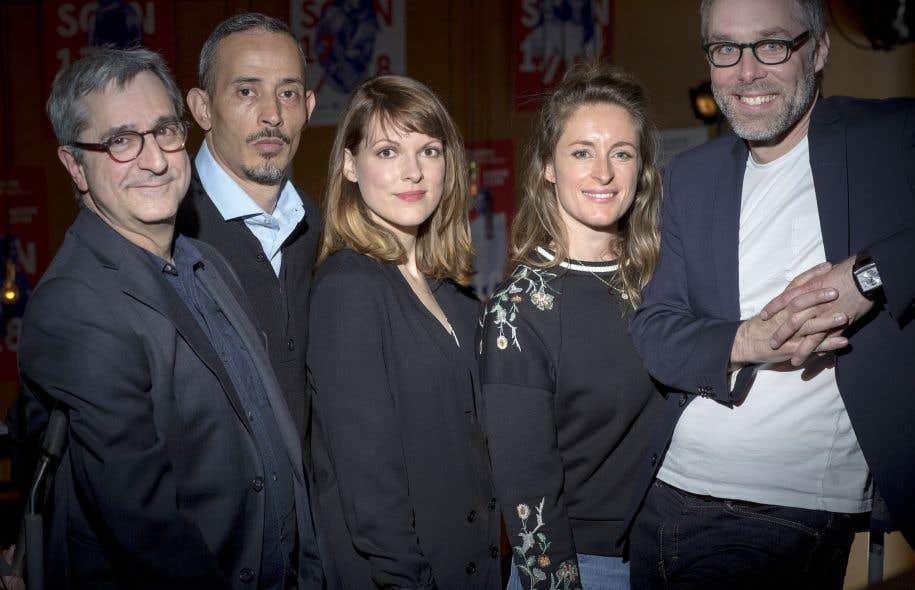 Sylvain Bélanger (à droite) était accompagné lundi de comédiens et de comédiennes qui fouleront les planches du Théâtre d'Aujourd'hui lors de la prochaine saison.