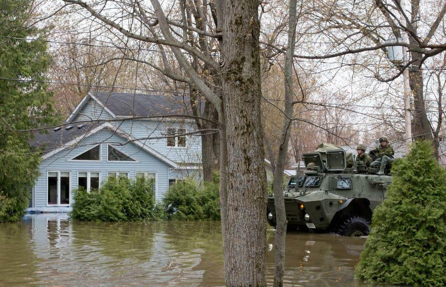Un véhicule blindé circulait mardi dans les rues inondées de Rigaud.
