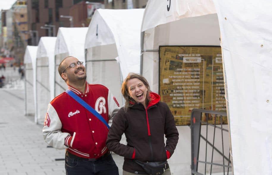 Annie Roy, de l'ATSA, et Moyad Almarzoki invitent les citoyens de tous les horizons à venir partager leurs expériences de vie lors de l'événement Cuisine ta ville, sur l'esplanade de la Place des Arts.
