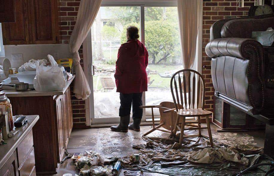 «L'eau a monté jusqu'au plafond de notre salle familiale», a raconté aux journalistes Mina Tayarani, de L'Île-Bizard, chez elle sur notre photo.