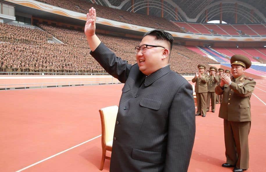 Deux enjeux majeurs, qui ont des racines historiques, refont surface dans de nouvelles circonstances en Corée du Nord: un différend de nature idéologique et l'hypothèse théorique d'un affrontement nucléaire pour le résoudre. Ci-dessus, Kim Jong-un salue une foule de militaires entassée dans une moitié de stade.