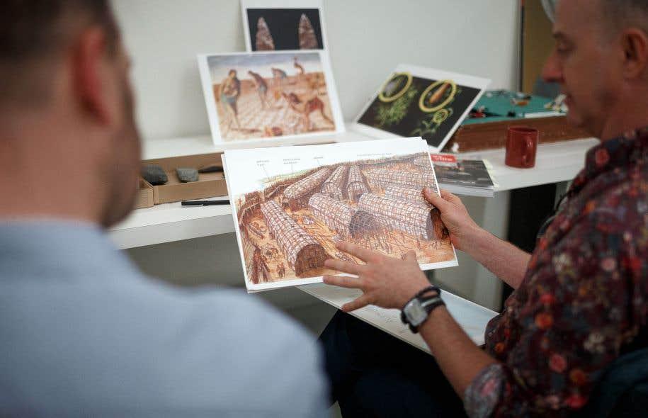 François Bélanger, archéologue à la réserve des collections archéologiques de Montréal, montre à quoi pouvait ressembler un village de type iroquoien de la vallée du Saint-Laurent.
