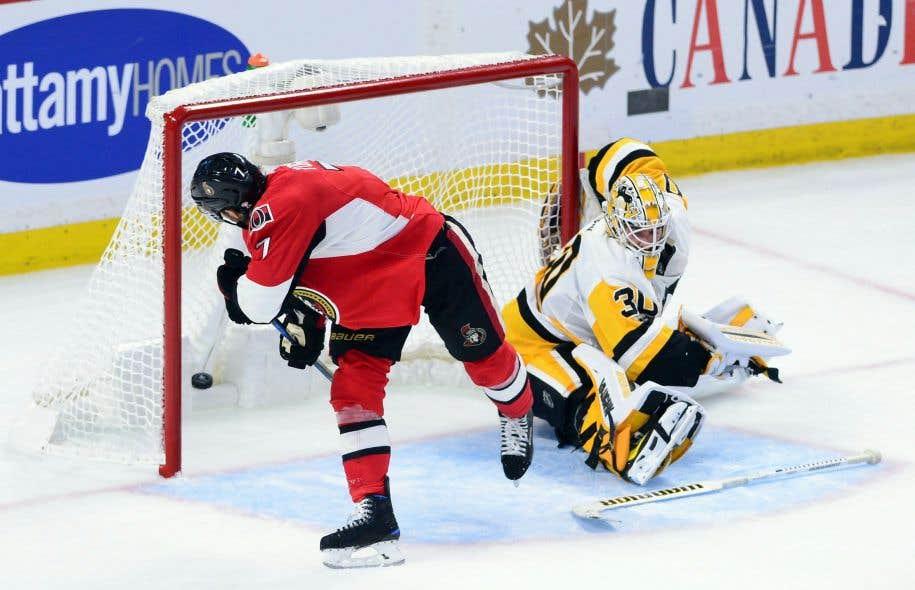 Le centre des Sénateurs d'Ottawa Kyle Turris a déjoué le gardien des Penguins, Matt Murray, lors de la deuxième période du match.