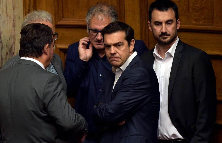 Les mesures ont été approuvés par la faible majorité de la coalition gouvernementale, soit 153 députés de la gauche Syriza d'Alexis Tsipras (au centre) et du petit parti souverainiste Anel.