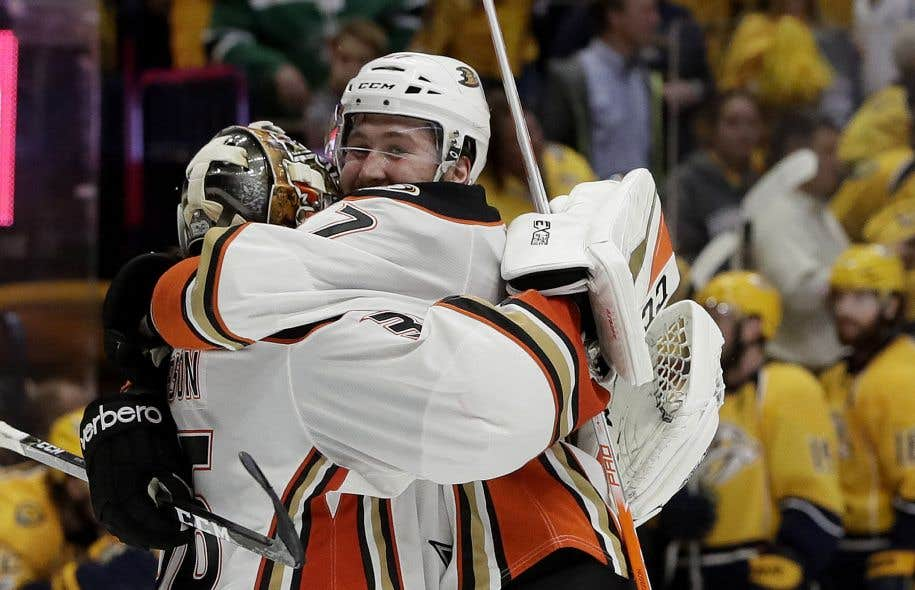 Le centre Andrew Cogliano et le gardien John Gibson, des Ducks d'Anaheim, célèbrent leur victoire.
