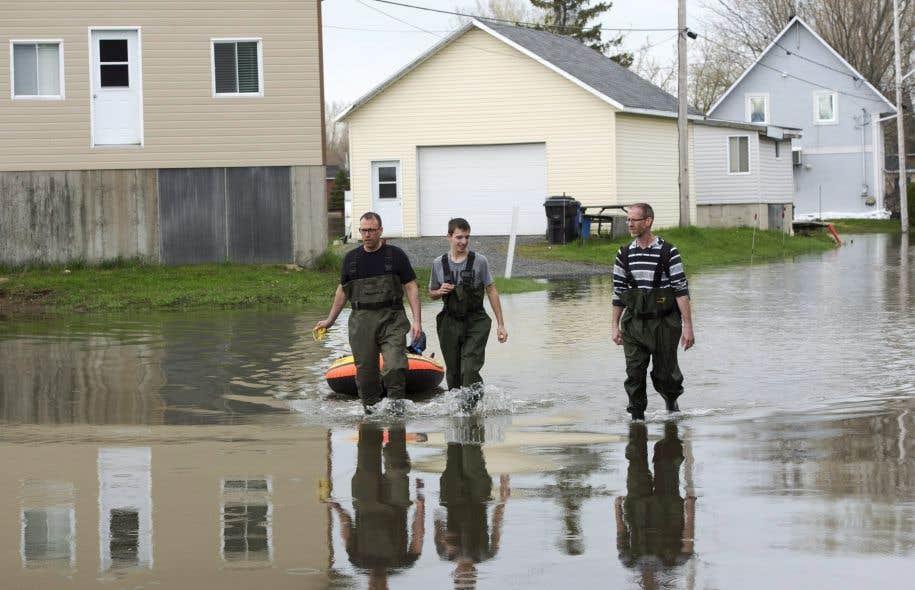 Vendredi matin, 78 municipalités québécoises demeurent sinistrées ; 2889 résidences sont inondées et 170 routes demeurent endommagées par la crue des eaux.