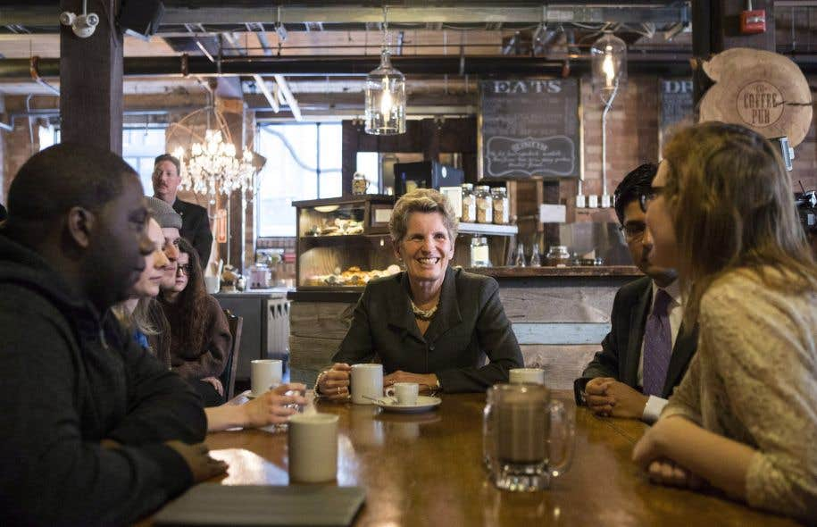 La première ministre Kathleen Wynne a annoncé mardi quele salaire minimum en Ontario passera à 15$ l'heure d'ici 2019.