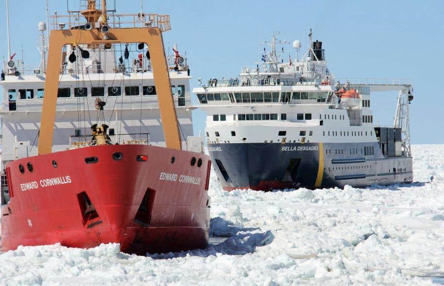 Un brise-glace remorque un navire près de Blanc-Sablon au Québec. Une mission scientifique de l'«Amundsen» sur les changements climatiques a été annulée pour permettre au brise-glace de venir en aide à des pêcheurs au large de Terre-Neuve.