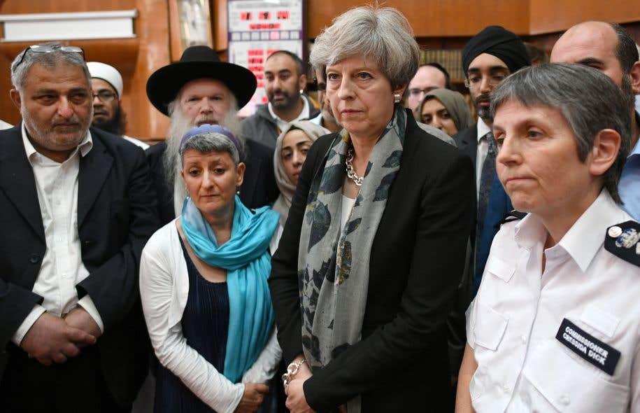 La première ministre britannique, Theresa May, et la commissaire de la police londonienne, Cressida Dick, se sont entretenues lundi avec les chefs spirituels de la mosquée de Finsbury Park.