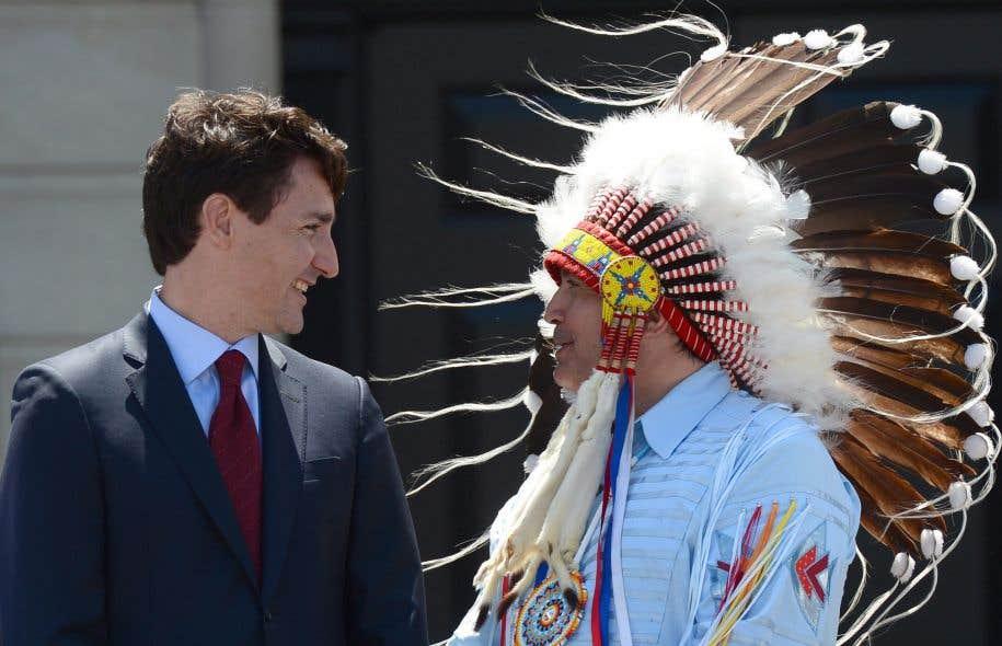 <p>Justin Trudeau (ici en compagnie duchef de l'Assemblée des Premières Nations, Perry Bellegarde) a annoncé que son gouvernement rebaptise la Journée nationale des Autochtones pour en faire la Journée nationale des peuples autochtones.</p>
